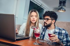 Young couple with laptop and credit card at home. Internet shopping concept Royalty Free Stock Photos