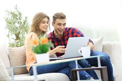 Young couple looking at a laptop screen Royalty Free Stock Images