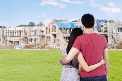 Young couple looking at residential construction Royalty Free Stock Photography