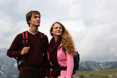 Young couple looking up in the mountains Royalty Free Stock Photos