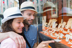 Young couple in love watching jewelry store front Royalty Free Stock Photos