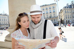 Young couple with map in city center Royalty Free Stock Photos