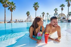 Free Young Couple On Infinity Pool Cocktails Royalty Free Stock Photo - 112738225