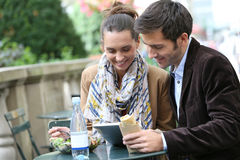 Young couple in park having lunch Royalty Free Stock Photos