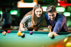 Young couple playing pool Royalty Free Stock Photography