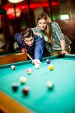 Young couple playing pool Royalty Free Stock Photos