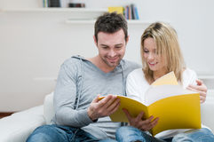 Young couple reading magazine Royalty Free Stock Photography