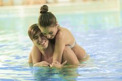 Young couple relaxing in swimming pool Royalty Free Stock Photos