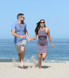 Young couple on sandy beach Royalty Free Stock Photos