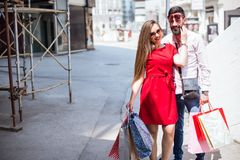 YOUNG COUPLE SHOPPING IN THE CITY Royalty Free Stock Images