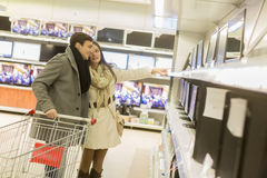 Young couple shopping electronics Royalty Free Stock Photography