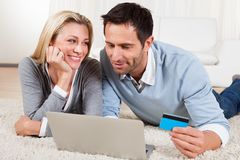 Young couple shopping online Royalty Free Stock Images