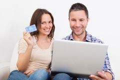 Young couple shopping online Royalty Free Stock Photos