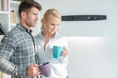 Young couple standing drinking coffee Royalty Free Stock Photography