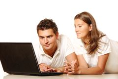 Young couple using a laptop Royalty Free Stock Photos