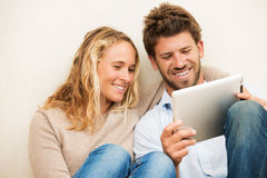 Young couple using tablet computer Royalty Free Stock Photos