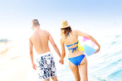 Young couple walking along the beach Royalty Free Stock Photos