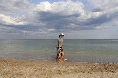 Young couple walking by the sea Royalty Free Stock Photos
