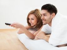 Young couple watching television Royalty Free Stock Photos