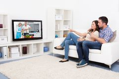 Young couple watching television Royalty Free Stock Photography