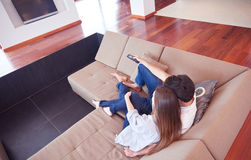 Young couple watching tv at home Royalty Free Stock Photos