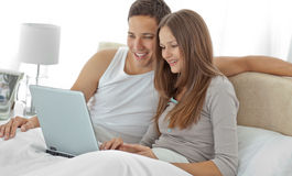 Young couple watching a video on the laptop Royalty Free Stock Photos