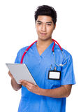 Young doctor use of the tablet pc Royalty Free Stock Photos