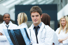 Young doctor with an x-ray looking at the camera Royalty Free Stock Photos
