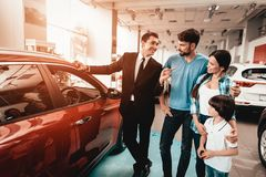 Free Young Family Are Choosing A New Car In Showroom. Royalty Free Stock Photos - 125673658