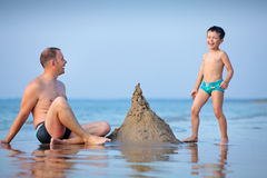 Young father and his son playing at beach Royalty Free Stock Photos