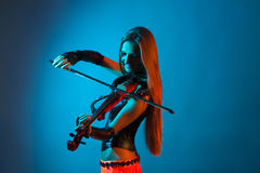 Young female violinist playing violin Royalty Free Stock Photos