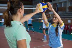 Female volleyball player practicing with coach Royalty Free Stock Photos