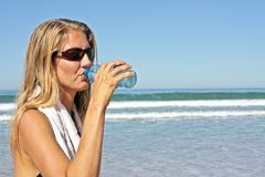 Young fit woman drinking water Royalty Free Stock Images
