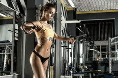 Young fitness woman execute exercise with exercise-machine Cable Royalty Free Stock Photos