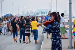 Young `freelance musician` plays violin music on the sidewalk. January 21, 2018 - Samut Prakan, Thailand, young woman `freelance musician`, good mood, playing Royalty Free Stock Images
