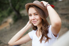 Young girl on the beach forest letom.Naturalnaya beauty and fash Royalty Free Stock Photo