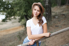 Young girl on the beach forest letom.Naturalnaya beauty and fash Royalty Free Stock Image