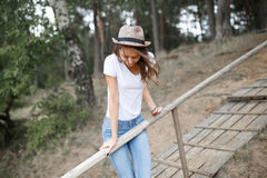 Young girl on the beach forest letom.Naturalnaya beauty and fash Stock Photography