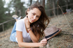 Young girl on the beach forest letom.Naturalnaya beauty and fash Stock Images