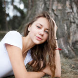 Young girl on the beach forest letom.Naturalnaya beauty and fash Royalty Free Stock Photography
