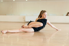 Young girl  doing exercises in a dance class Royalty Free Stock Photos
