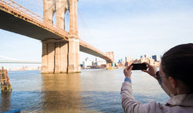 Young girl photographed the Brooklyn Bridge Royalty Free Stock Image