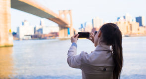 Young girl photographed the Brooklyn Bridge Stock Image