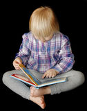 Young girl reading book Royalty Free Stock Photos