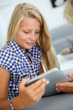 Young girl websurfing o internet Royalty Free Stock Image
