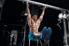 Young handsome guy doing exercises in the gym Royalty Free Stock Photos