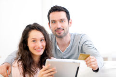 Young happy couple shopping on a tablet Royalty Free Stock Photography