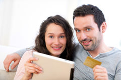 Young happy couple shopping on a tablet Royalty Free Stock Photos