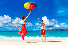 Young happy loving couple having fun in the tropical beach with Royalty Free Stock Photos