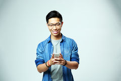 Young happy man using smartphone Royalty Free Stock Photos